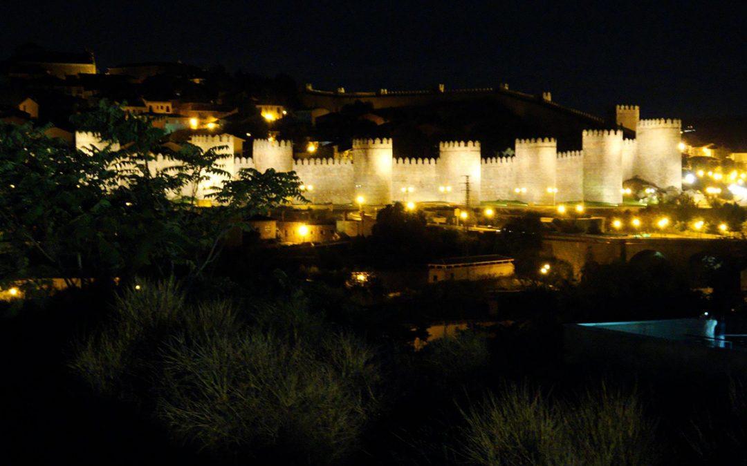 La muralla de Ávila ilumina la noche.
