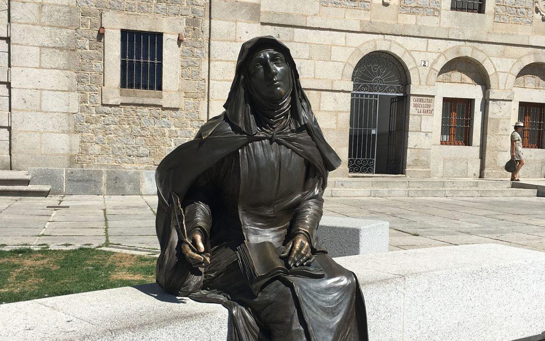 Escultura de santa Teresa en la Plaza de la Santa, Ávila
