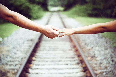 Dos manos y anillo de compromiso